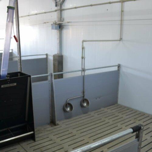 Odchowalnia - karmnik skrzynkowy i poidełka dla prosiąt