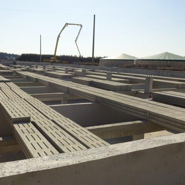 Układanie rusztów betonowych 640x640 - Laying concrete grates